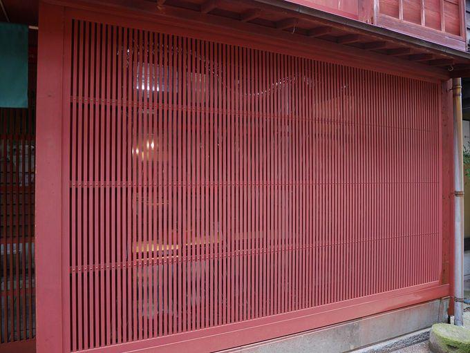 茶屋街のシンボル、赤い建物と格子窓