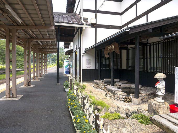 ホームの足湯でひと休み「夕日ヶ浦木津温泉駅」