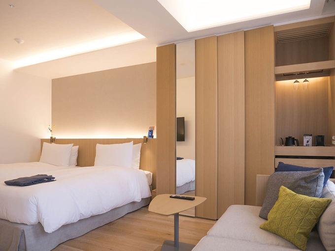 木の温もりを感じるモダンな客室