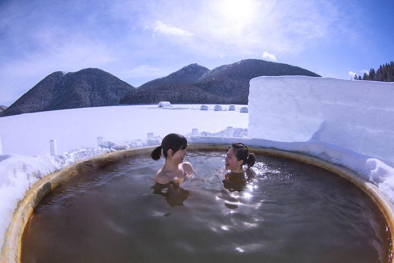アメイジングな露天風呂は凍った湖の上!十勝・然別湖コタン
