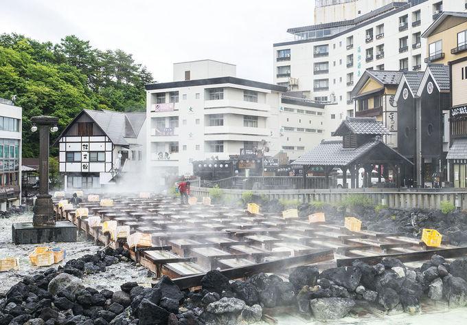 湯の花採取は草津の風物詩