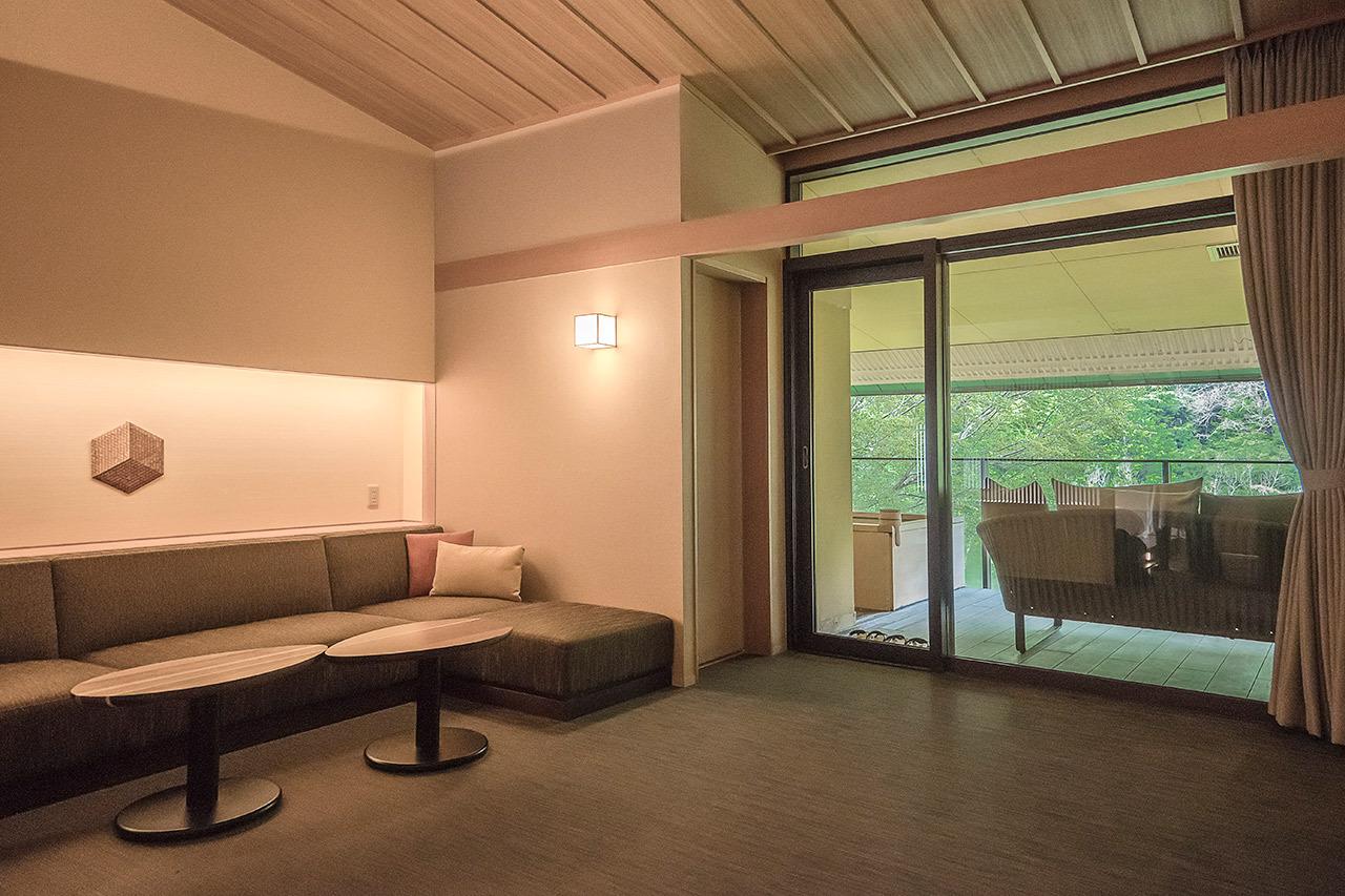 景色や寄木細工を満喫する客室も