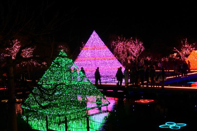 色鮮やかで美しい「光のピラミッド」!