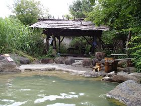 土曜・日曜・祝日だけ入湯できる貴重な野天風呂 八ヶ岳縄文天然温泉「尖石の湯」