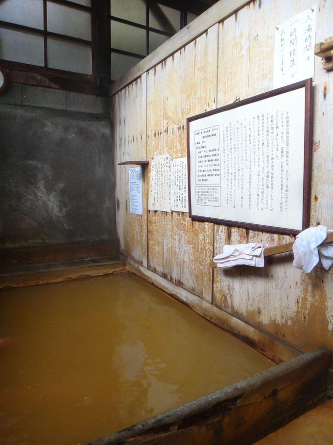 茶褐色の湯船に入ると足下から・・・