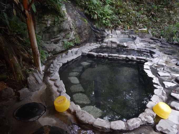 自然を楽しみながら入湯する白滝の湯