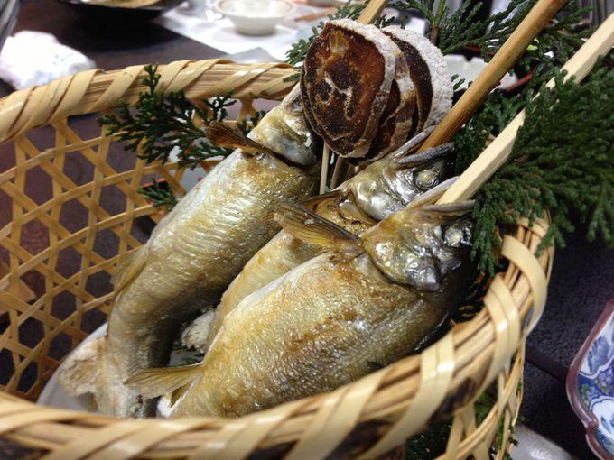 お風呂上がりに川魚を堪能