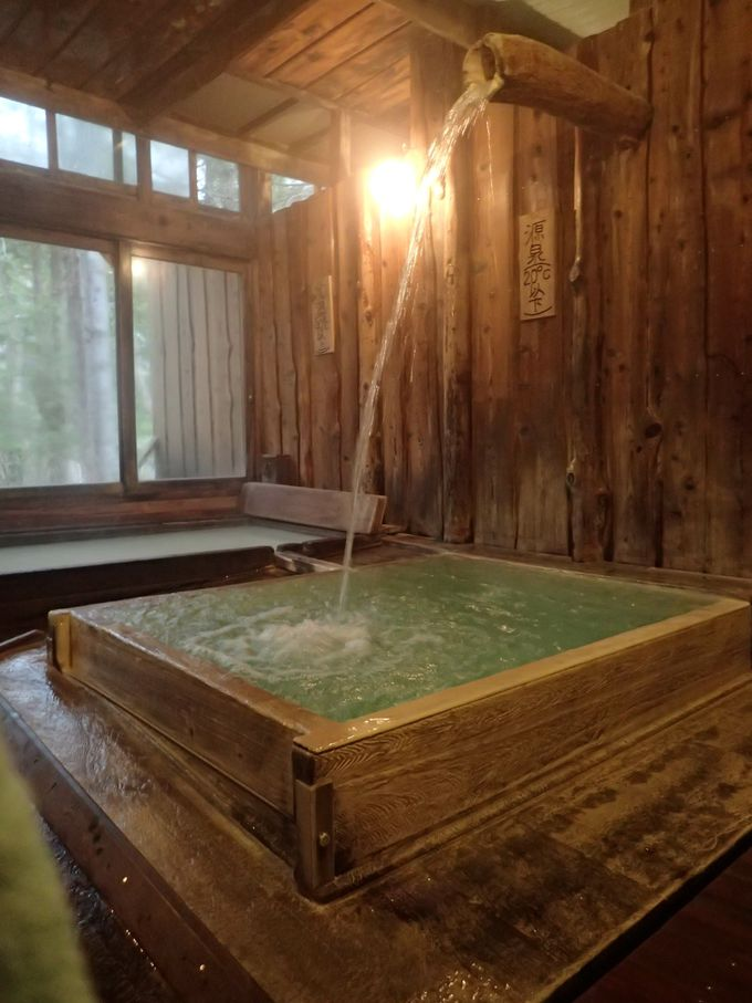 源泉ドバドバの湯船