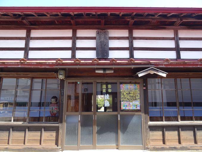 温湯のシンボル的な木造建築