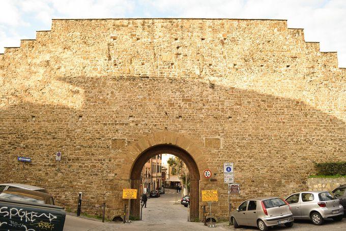 フィレンツェの城壁沿いにボーボリ庭園を目指す