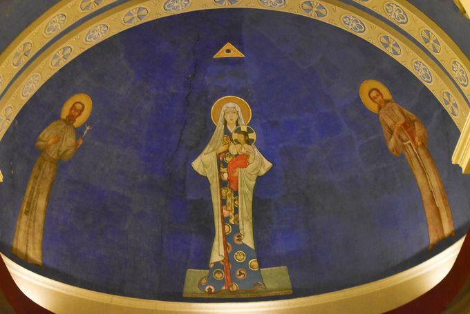 「和服姿のマリア像」が描かれた教会