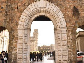 ガリレオも歩いた!?ピサの斜塔を守るように延びるピサの城壁散歩