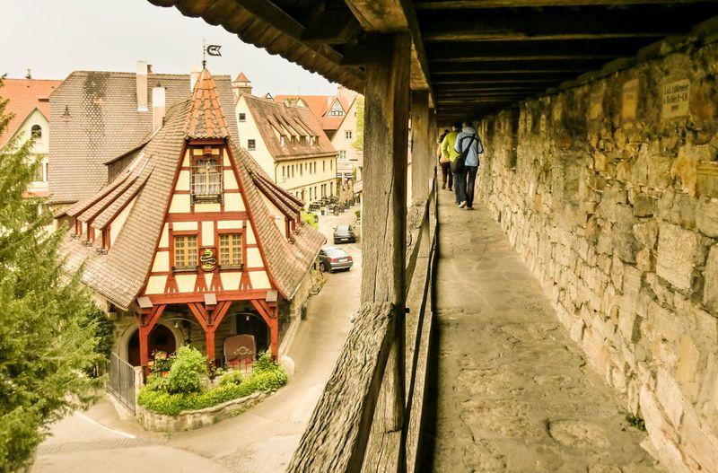 ロマンティック街道と古城街道が交差するローテンブルク城壁散歩