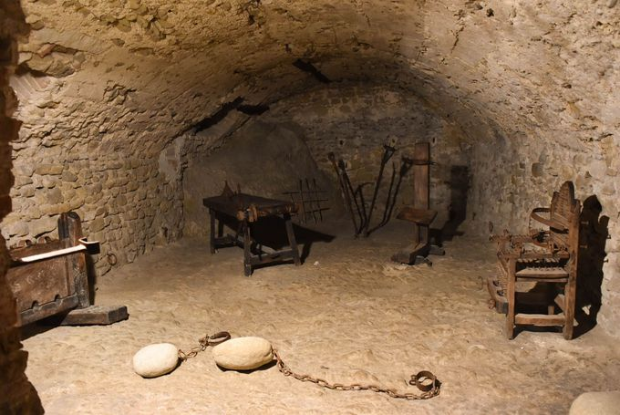 岩山の要塞に監禁されたカリオストロ