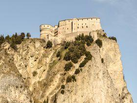 「ルパン三世 カリオストロの城」の舞台 サン・レオ城へ路線バスの旅