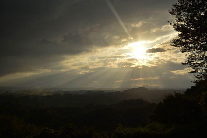 雲の隙間から差し込む日差しも神秘的