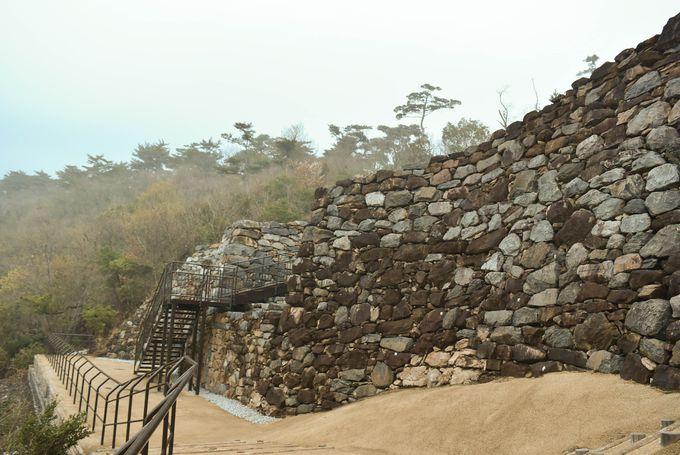 山の上に築かれた大城壁の正体は?