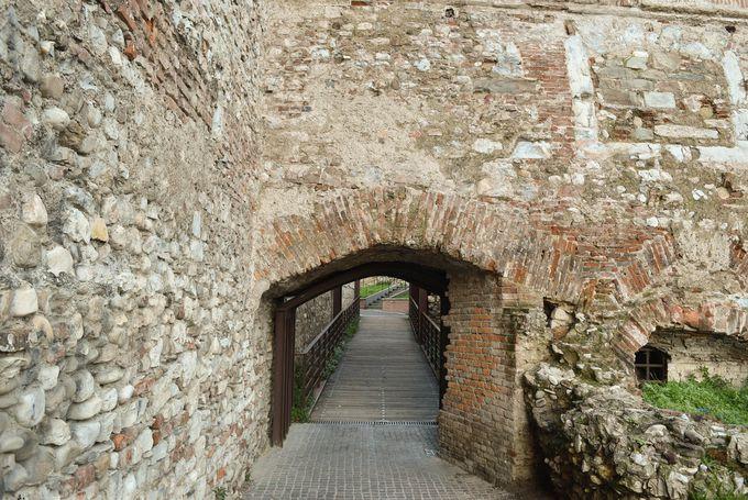 駅前からのびる旧市街の城壁