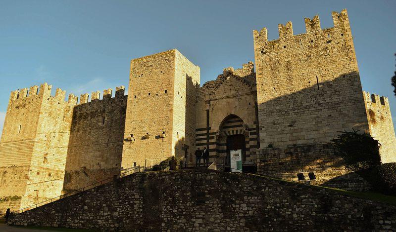 皇帝フリードリヒ2世の城を訪ねる中世都市・伊プラート