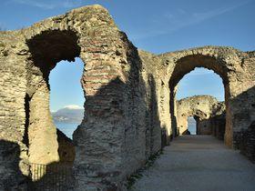 イタリアの湖水地方シルミオーネでローマ時代のヴィラと城壁めぐり