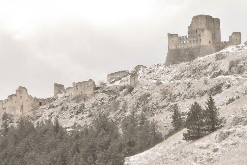 イタリアの山岳に千年以上残る「孤高の城」ロッカ・カラショ