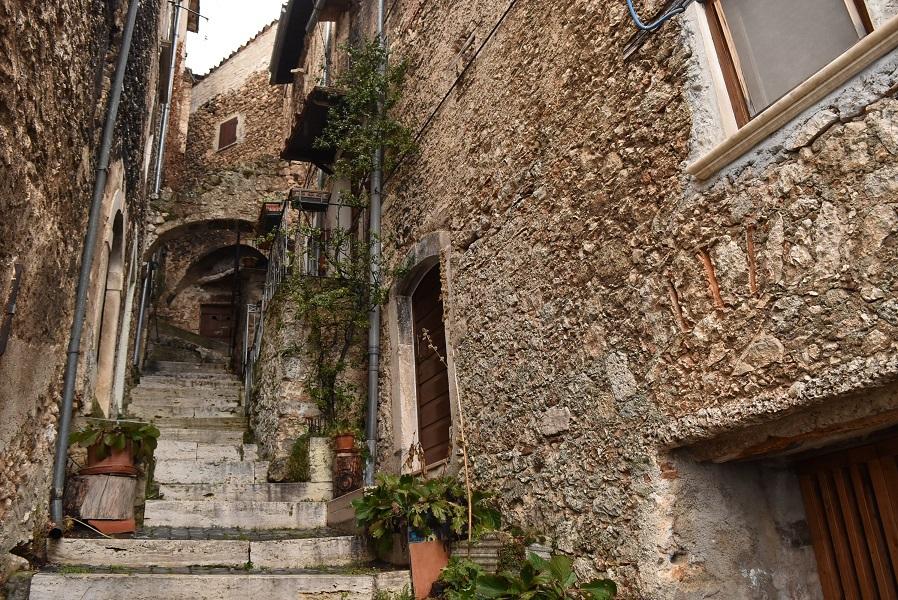 中世の町並みが残るカラショ村を散策