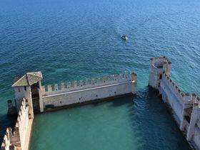 """""""イタリアの湖水地方""""でガルダ湖を望む城塞「スカリジェロ城」"""