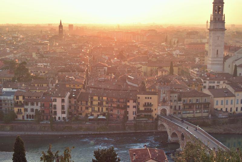 ヴェローナの城跡からイタリア屈指の古都と川と夕陽を望む