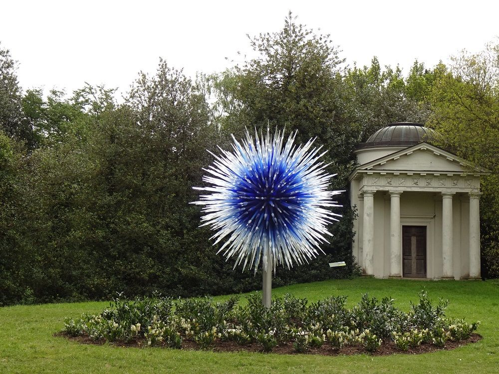 園内に点在するガラス彫刻を探してウォーキング 植物鑑賞もお忘れなく