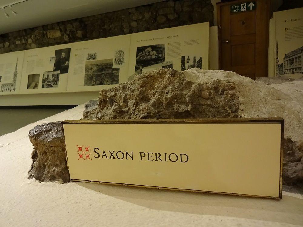 一見の価値あり!ローマ時代やサクソン時代の土台が残る地下