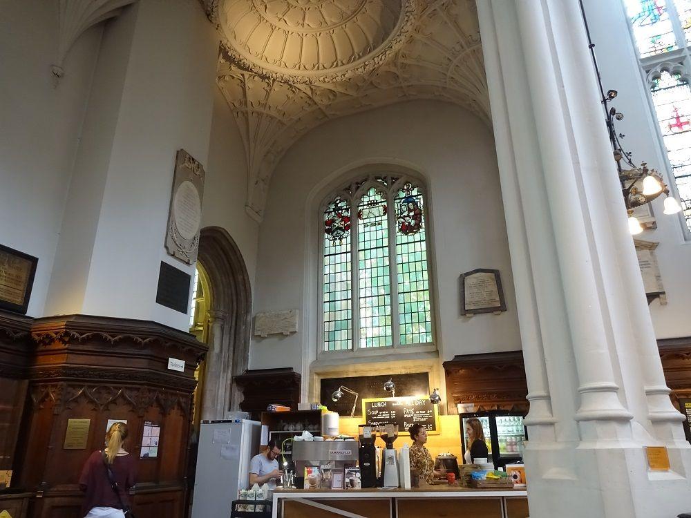 美しい教会の中で至福の1杯 時間を忘れるカフェ「ホスト」