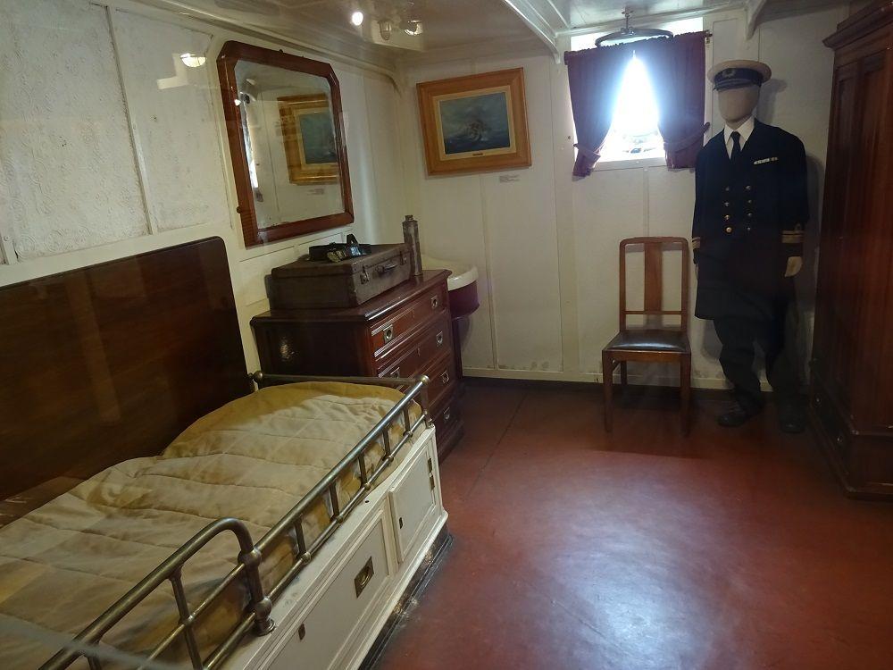 ハンモックに寝台、階級差がリアルな部屋