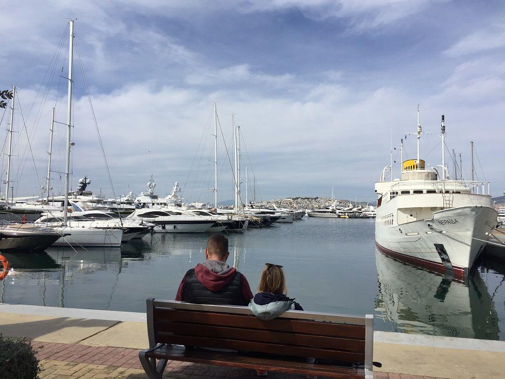 エーゲ海を眺めてお茶を カフェやレストラン充実のマリーナ