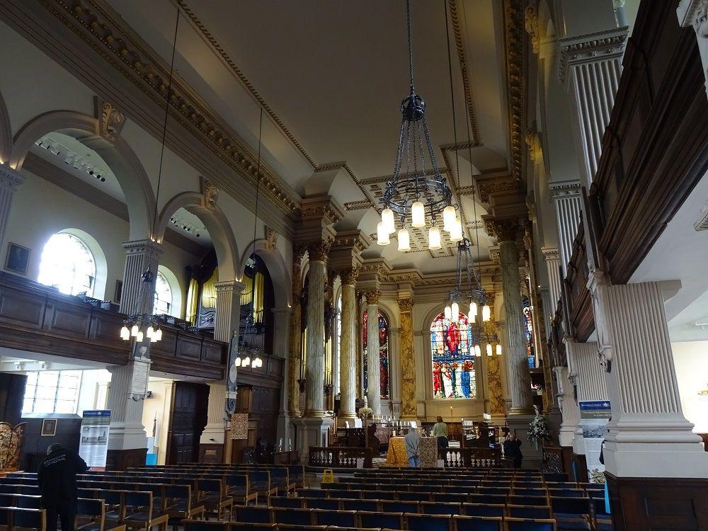静謐な美しさ バーミンガム大聖堂で憩いのひととき