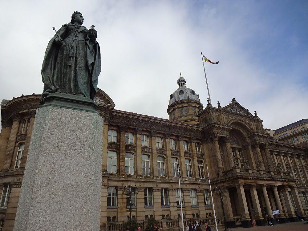 バーミンガム博物館&アートギャラリーと市庁舎広場