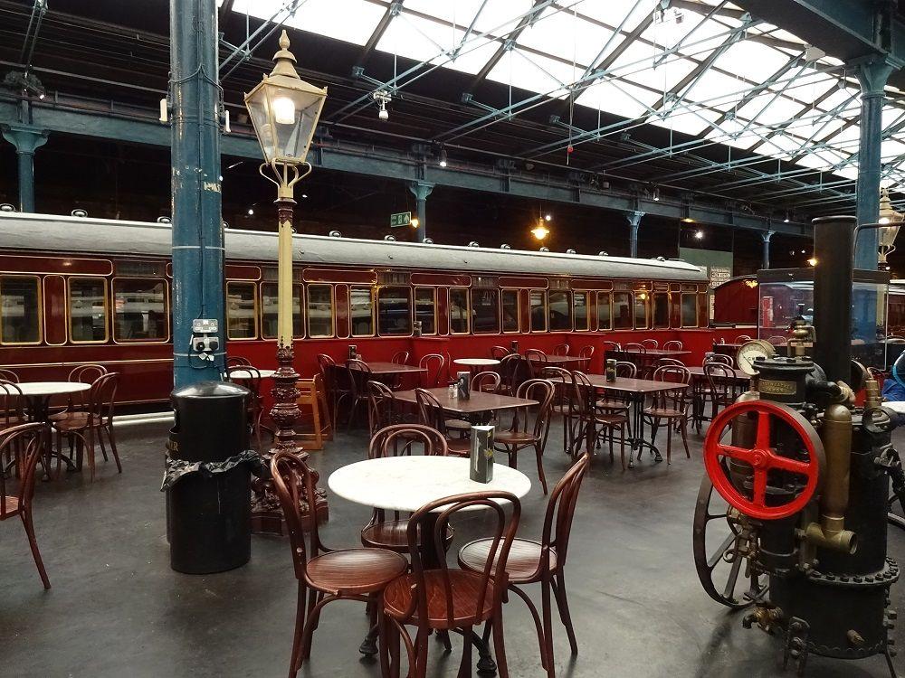 素敵なカフェと幼児用プレイエリア、中庭にはミニ列車も!