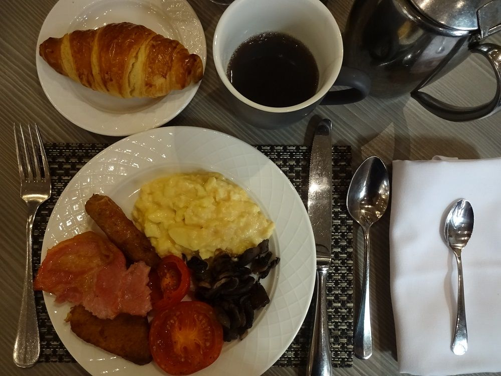 クーパーさんの庭をイメージ 明るいレストランで朝食を