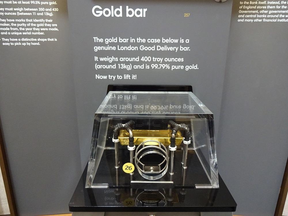 地下には5000トンの金塊 純金の延べ棒を持ってみよう