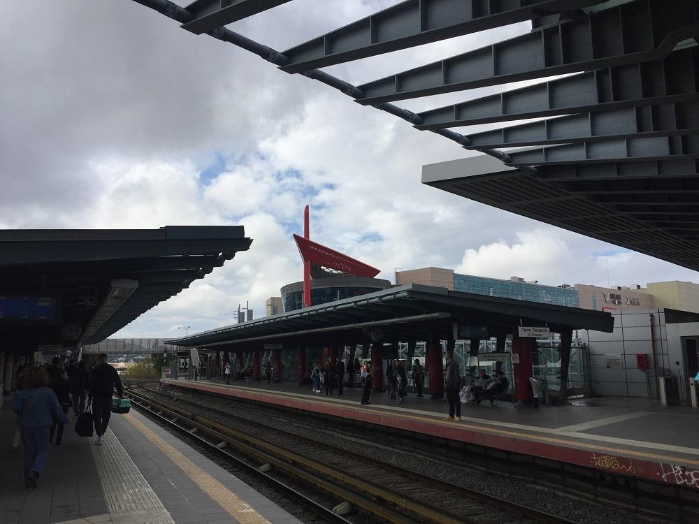 最寄り駅ネラツィオティッサから徒歩1分、嬉しい至便さ!