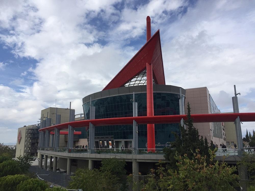 屋根に赤い三角定規?!ユニークな外観が目印