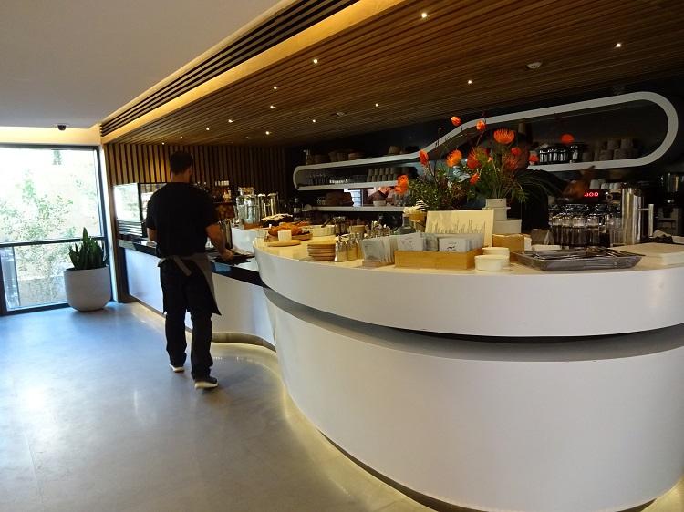 明るいカフェでモダンギリシャ料理のランチはいかが?