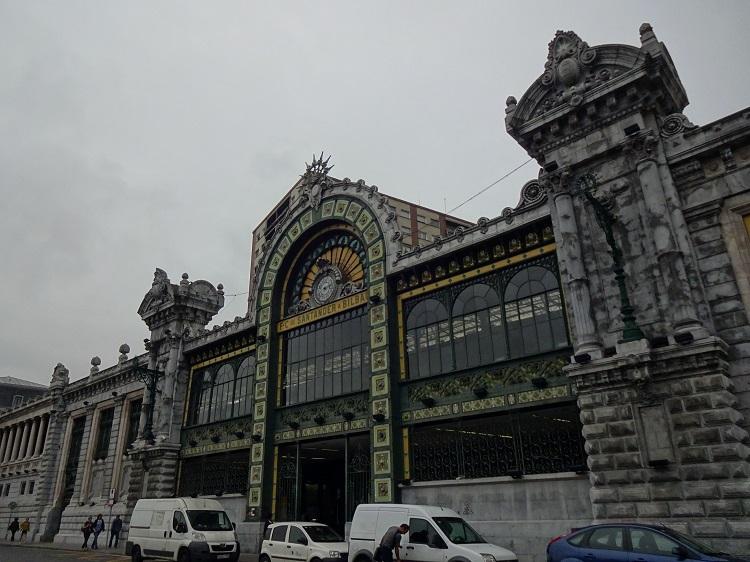 魅力的なビルバオの街並は、新旧の建築が織りなすハーモニー