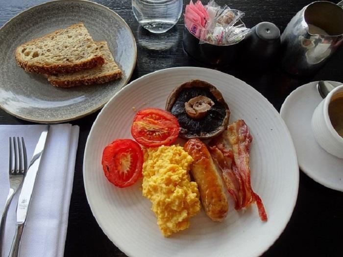 リバー・フロントで朝食を ロンドンっ子の気分を味わおう
