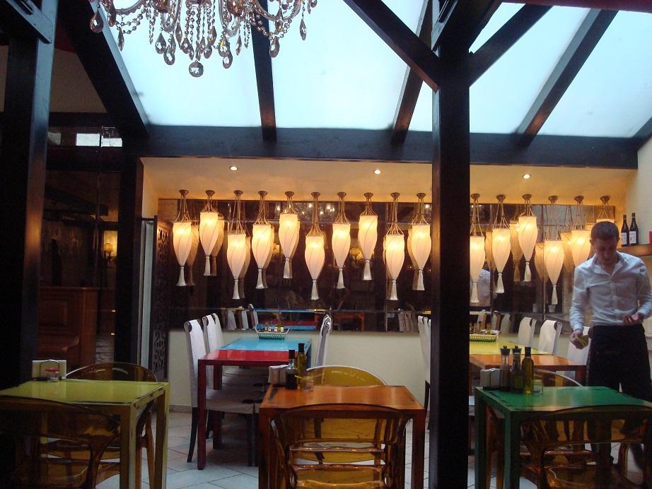 ホテル内レストランは2つ 近くにあるビストロもお勧め!
