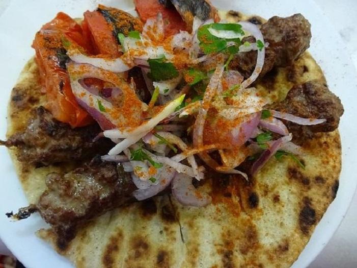 ギリシャ名物!炭焼き肉スブラキの人気店「オー・タナシス」