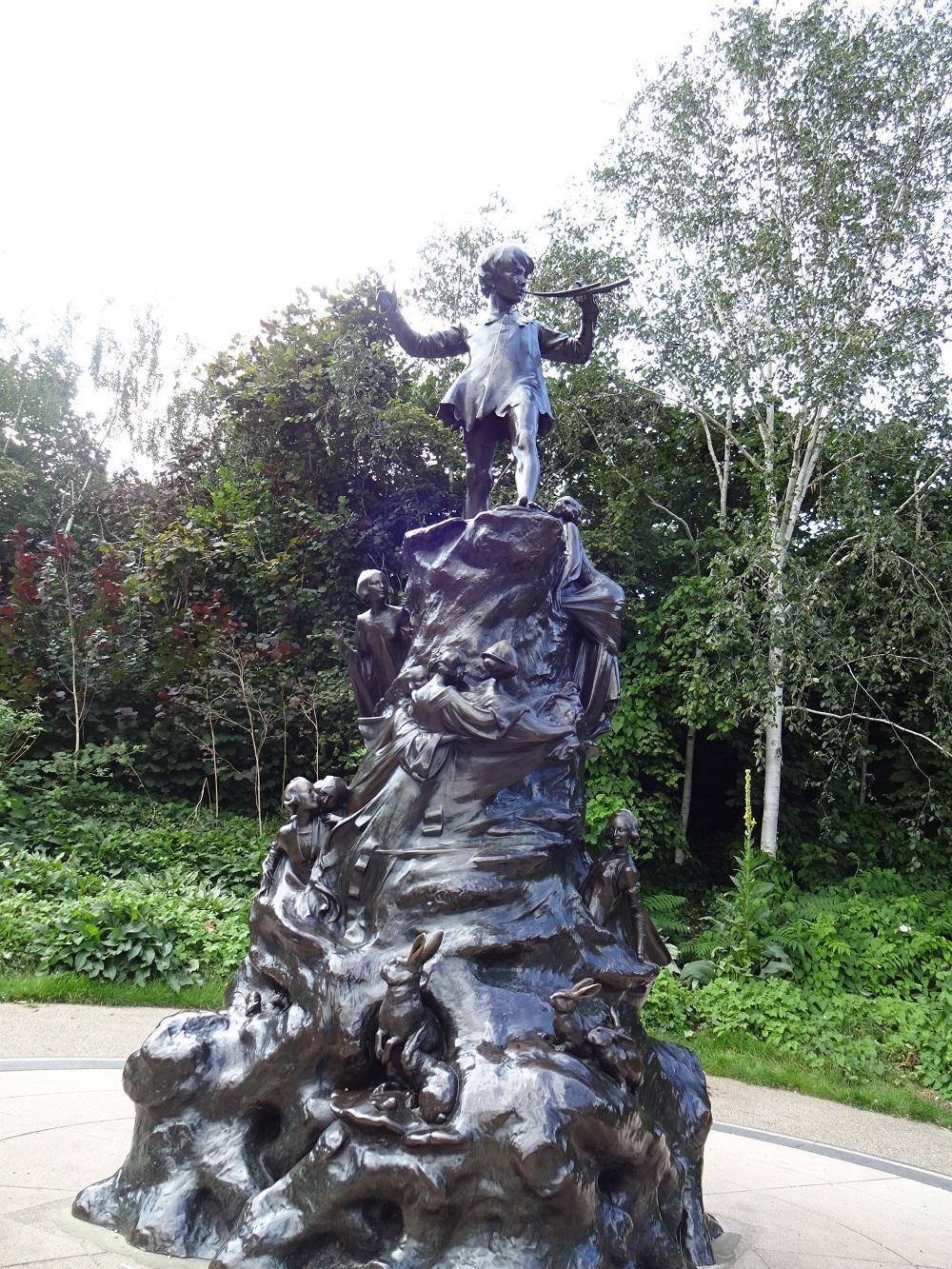 ピーターパンの像にも会える!物語の背景にも人気の公園