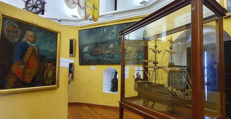 黄金の塔の内部は海の博物館