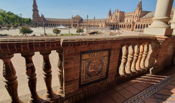 回廊の壁にはスペイン各都市の美しいイラストが