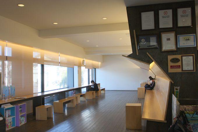 待合室もヒノキ造り…中村駅での待ち時間は上質のひととき♪