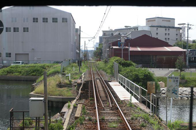 工場や住宅の間を抜けて終着駅へ